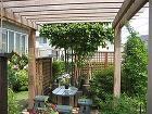 豊かな緑を満喫する為のウッドデッキ スペ... パーゴラ下の家具