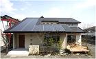 1階と2階を大屋根で覆い、太陽光パネルの効率とデザインを融合
