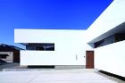 湯佐のコートハウス | 平岡建築デザイン... http://hiraoka-architec.main.jp/wp/wp-content/uploads/2020/06/taka_IMG_6393_s.jpg
