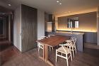 湯佐のコートハウス | 平岡建築デザイン... http://hiraoka-architec.main.jp/wp/wp-content/uploads/2020/06/IMG_5985.jpg