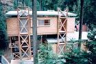 各層ごとに屋根と床を持ち、1階と2階は離れている