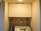 洗濯機上の作り付け吊り戸棚1