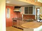 オレンジの壁と銀色のキッチンセット