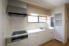 手持ちの家具を壁内に埋め込みすっきりとレイアウトしたキッチン