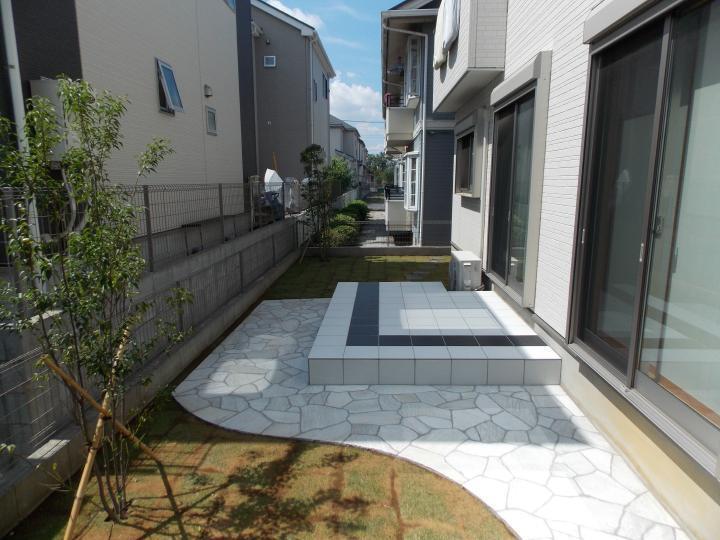 さいたま市 S様邸 白を基調に黒のポイントが効いたタイルテラスと乱形石貼りのお庭