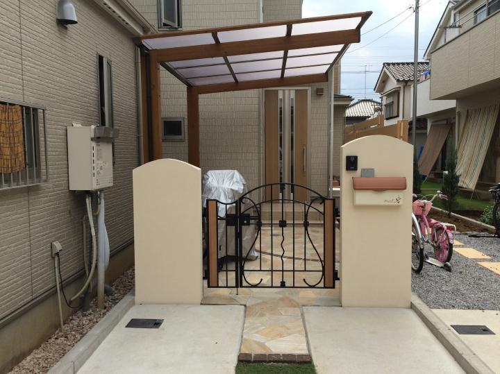 上尾市F様邸 玄関前をプライベートな空間に 木目調サイクルポート