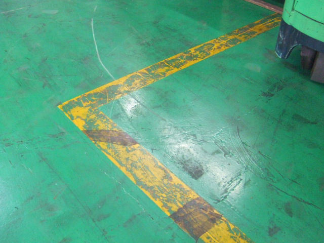 床面を掃除してゴミ・ホコリは除去し、充分に乾燥させてください。