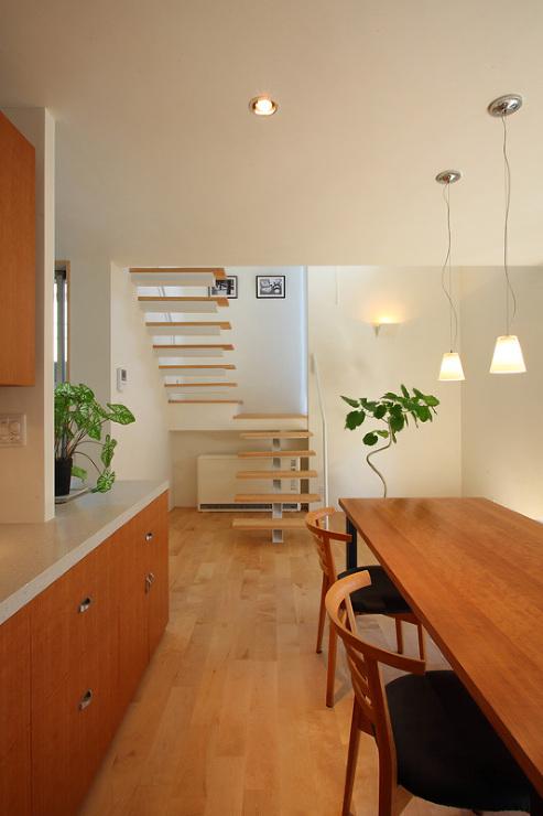 books and gardens キッチンから階段