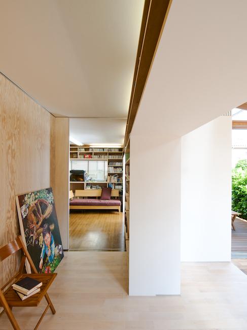 埼玉の家 アトリエとリビングを分ける書棚