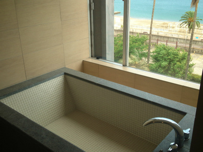 光触媒施工事例 リゾートホテル 浴室ガラ...