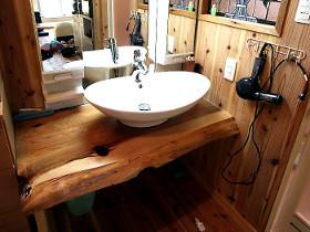 洗面所も杉で制作
