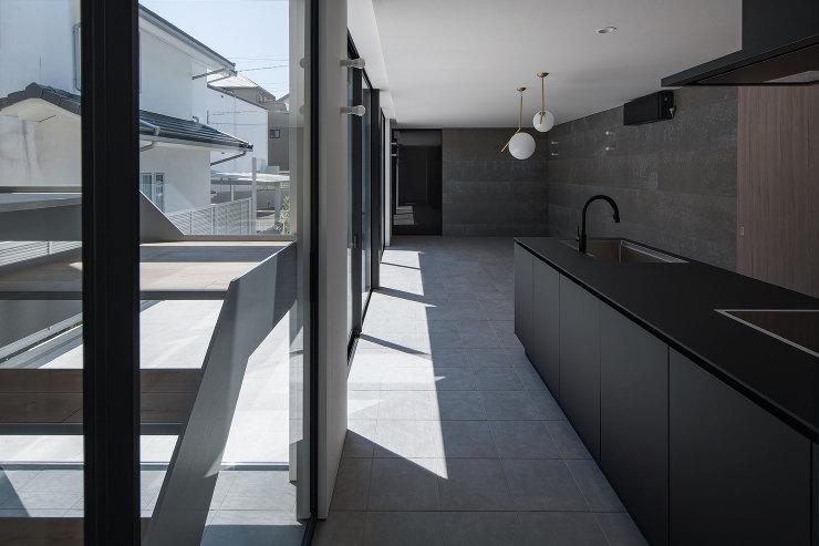 中庭とリビング|千里山西の家|北摂のデザイン住宅 設計|建築家 奥和田健