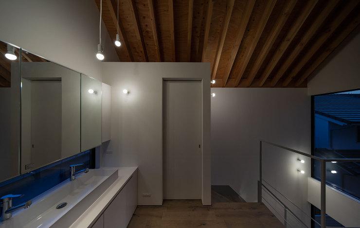 洗面夕景|千里山西の家|北摂のデザイン住宅 設計|建築家 奥和田健