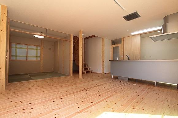床にヒノキの自然素材を使った住宅:広々としたリビング?キッチン