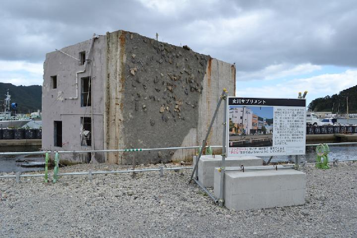 津波で横転したRC造の解体始まる、保存は1棟のみ | 日経 xTECH...