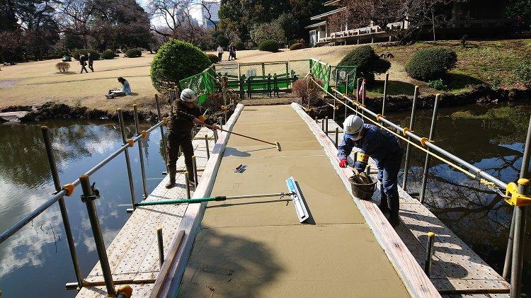 新宿御苑 土橋 土系舗装を施工 タフコート - 株式会社テラサキ