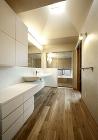 自然光が満ちる洗面室