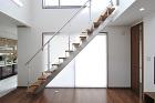 吹抜にかかるストリップ階段