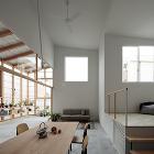 家と空き地