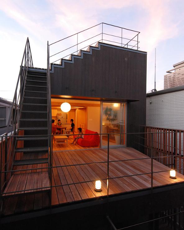 屋上段々テラスのある家